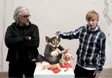 James Cauty e seu filho com escultura em resina