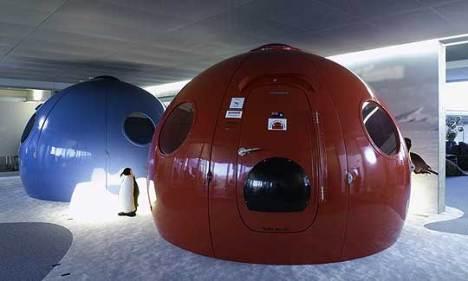 As salas de reunião do edificio possuem nomes tirados de séries de TV e filmes famosos. Estes iglús estão em uma área chamada Guerra nas Estrelas e são cópias exatas de refúgios utilizados em missões cientificas na Antártida.