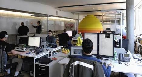 """Se você está se perguntando se na Google realmente se trabalha, essa é a resposta. Esta é uma área de trabalho convencional, chamada de """"oficina"""". As mesas são escolhidas livremente pelos funcionários e não é raro que eles mudem de mesa com frequência."""
