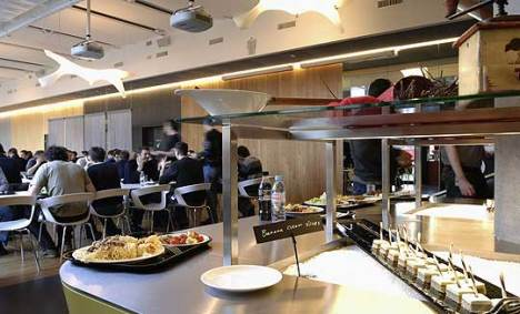 O restaurante serve desde lanches e petiscos até as refeições principais,